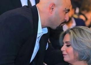 في أول ظهور لها بعد خلع الحجاب.. أحمد السقا يقبل رأس صابرين