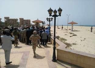 محلب ومرافقوه يتفقدون سوق الخضار بعد أداء صلاة الجمعة في العريش