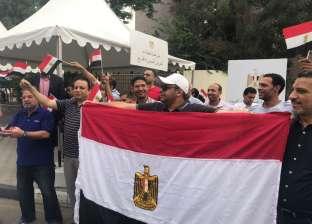 بالفيديو| المصريون يحولون السفارات إلى ساحات احتفال: رقص وتحطيب