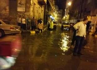 بالصور| سحب مياه الأمطار بحي وسط في الإسكندرية