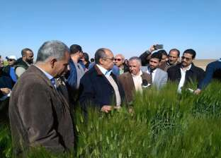 بالصور| وزير الزراعة يتفقد مزرعة غرب المنيا