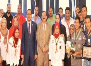 رئيس جامعة دمنهور يكرم أبطال الدورة الكشفية السابعة