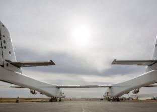 بالفيديو| خروج أكبر طائرة في العالم من مرآبها بكاليفورنيا