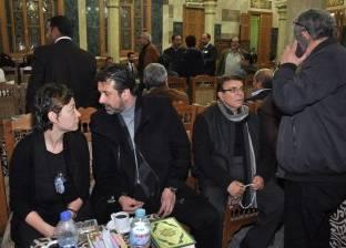 بالصور| هنيدي وكريم عبد العزيز ومنة شلبي في عزاء والدة تامر حبيب