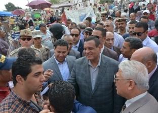 محافظ البحيرة يلتقي أهالي دمنهور ويستمع لمشكلاتهم