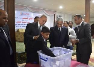 بالصور| محافظ قنا يشهد القرعة العلنية لتسليم 16 سيارة ربع نقل للشباب