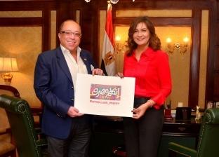 """رئيس """"الفنون التشكيلية"""" يهدي شعار مبادرة """"اتكلم مصري"""" لوزارة الهجرة"""
