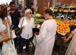 وزيرة البيئة توزع أكياسا صديقة للبيئة على المواطنين في الغردقة
