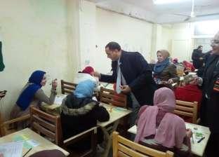 رئيس جامعة دمنهور يتفقد لجان الامتحانات ويوزع الشيكولاتة على الطلاب
