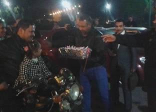 مديرية أمن أسيوط تبدأ احتفالاتها بأعياد الشرطة بتوزيع الورود والهدايا على المواطنين