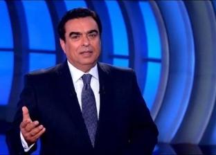 """جورج قرداحي يسلم جائزة لسيدة في برنامجه """"اسم من مصر"""""""