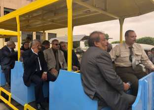 """رئيس جامعة الأزهر يستقل """"الطفطف"""" بفرع أسيوط ويُقدم هدايا للطلاب"""