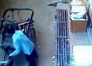"""بالفيديو.. """"عربية كارو"""" تنقذ طفلا سقط من الطابق الثاني في الهند"""