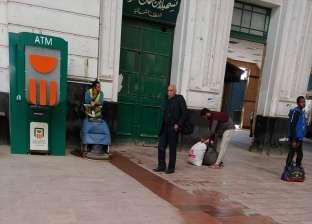 """بالماء والصابون.. تنظيف """"محطة مصر"""" بالإسكندرية تحسبا لزيارة وزير النقل"""