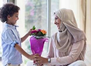 الأمهات يعظن: ابتكروا هداياكم.. واحذروا الاستسهال