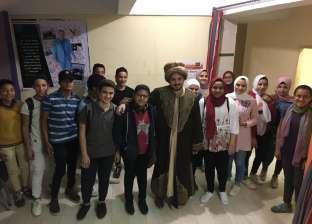 مدرس عربى يتقمص شخصية طه حسين: اقفلوا الموبايلات
