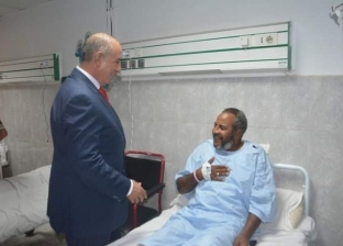 صور.. محافظ البحر الأحمر يزور مستشفيات الغردقة ويهنئ المرضى بالعيد