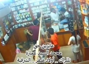 """علقة موت من تاجر لعامل بصيدلية بسبب """"الفكة"""": """"كسر مناخيره وأسنانه"""""""