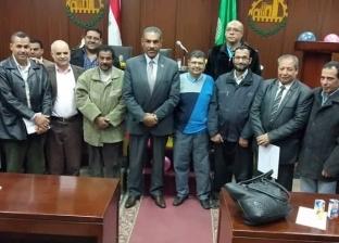 """رئيس مدينة شبرا يحتفل بـ""""أعياد ميلاد وزواج"""" عدد من الموظفين"""