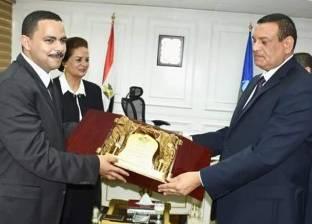 """رئيس """"مستقبل وطن"""" يهدي درع الحزب لمحافظ البحيرة"""