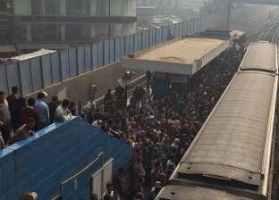 بالصور| تكدس مئات الركاب في محطة مترو شبرا