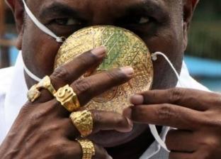 رجلا يرتدي كمامة مصنوعة من الذهب الخالص وسعرها 4 آلاف دولار