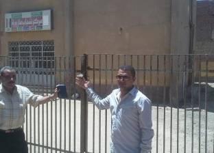 لجنة مفاجئة تكشف غلق مركز شباب وتغيب طبيب وحدة صحية بقرية في بني سويف