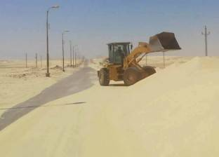 رفع الكثبان الرملية بجانبي الصحراوي منعا لوقوع حوادث بالمنيا