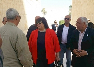 """وزيرة الثقافة تتفقد السد العالي وتتناول """"فشار وبلح أسواني"""" في النوبة"""