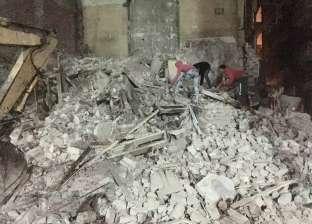 فريق من النيابة ينتقل لمعاينة موقع انهيار عقاري منشأة ناصر