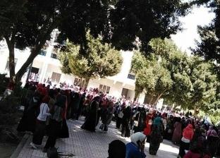 """رغم نفي شائعة قتل زميلتهم.. طالبات بـ""""أزهر أسيوط"""" يحطمون أبواب الجامعة"""