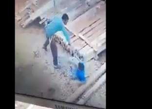 ضرب عنيف لطفل في موقع بناء يثير الغضب: عيل يتيم نازل يشتغل