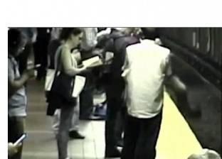 بالفيديو  لحظة سقوط فتاة أمريكية على قضبان المترو