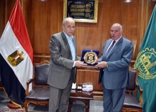 """""""عشماوي"""" يكرم مدير أمن القليوبية السابق"""