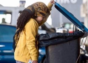 """""""فوتوسيشن"""" لطفلة تأكل من """"القمامة"""".. والمصور: """"فكرة لمساعدة الناس"""""""