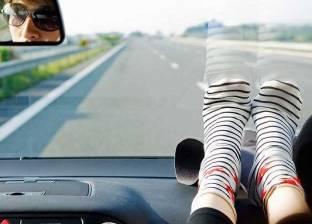تحذير: 4 مخاطر لوضع القدم على تابلوه السيارة أثناء القيادة