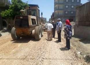رئيس مدينة دمياط يتابع أعمال الرصف بقريتي الشيخ ضرغام والخياطة