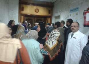 مرضى الغسيل الكلوى يتجمهرون بمستشفى الأحرار لمقابلة الوزير للشكوى من تعطل المصاعد