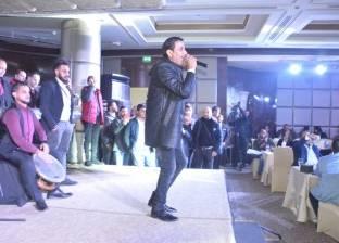 بالصور| أحمد شيبة ودينا يختتمان حفل رأس السنة بأحد فنادق القاهرة