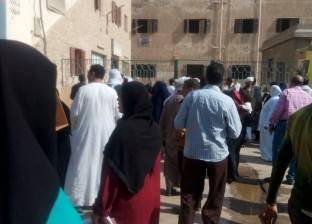 تجمهر العشرات من موظفي الضرائب العقارية في بسيون بسبب نقل زملائهم