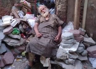 على طريقة «علي بيه مظهر».. مشرد بالجلاء يجمع القمامة: فاكرها فلوس