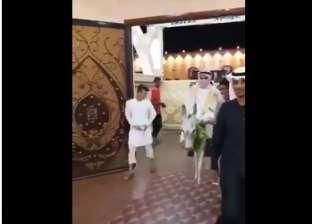 """بالفيديو  عريس سعودي يدخل حفل زفافه بـ""""الحمار"""""""