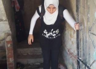 """رحلة """"شيماء"""" للمدرسة محاصرة بمياه الصرف والكهرباء: """"اقفز عشان توصل"""""""