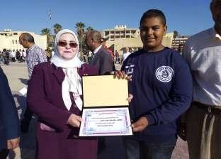 بالصور| وكيل تعليم كفر الشيخ تكرم طالبا أقام مشروعا للإنفاق على أسرته