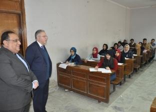 بالصور| رئيس جامعة حلوان يتابع عملية سير الامتحانات