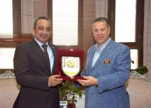 عبد الجابر يكرم رئيس الرقابة الإدارية ببني سويف بمناسبة انتهاء عمله