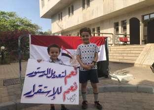 دلع وبلالين وعلم مصر.. حضور مبهج للأطفال في أول أيام الاستفتاء