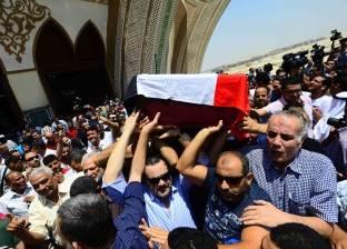 بالفيديو| انهيار مجدي كامل بالبكاء في جنازة نور الشريف