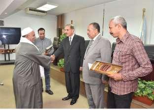محافظ أسيوط يسلم 13 عقد تقنين جديد للمنتفعين بأراضي الدولة