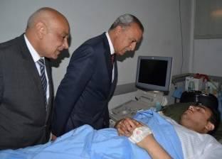محافظ قنا يزور مصابي حادث تصادم سيارة شرطة على الطريق الزراعي